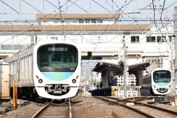 2021年4月12日。東伏見。左が38117Fの下り回送列車。右は38110Fの5874レ。