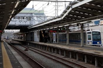 2021年4月12日 17時7分頃。小手指。右は、出庫し1番ホームへ据え付けられ4220レとなる6152F。左奥に、6112Fの上り回送列車(24M運用)が見えてます。