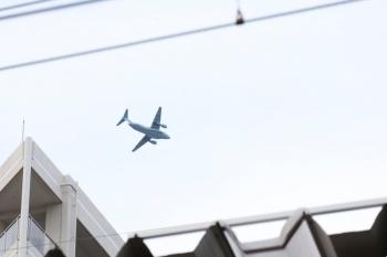 2021年4月12日 17時41分頃。小手指。駅上空を通過した飛行機。