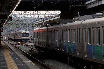 2021年4月12日 17時46分頃。小手指。左奥が1番ホームへ到着する東急4009Fの上り回送列車(52K運用)。1713レで飯能へ行って、清瀬へ回送されて6710レとなる運用です。