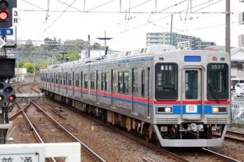 2021年4月13日 11時22分頃。京成佐倉。3番ホームを通過する芝山鉄道の3537ほか4連。