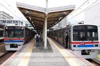 2021年4月13日。京成佐倉。右の3438ほか8連が快速 西馬込ゆき。左の、3848ほか8連の快速特急 京成上野ゆきに追い抜かれます。