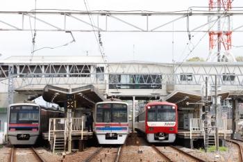 2021年4月13日 11時49分頃。京成佐倉。京成3000形・3800形の下り列車と並んで発車を待つ京急1073ほか8連の1182H・快速 西馬込ゆき。