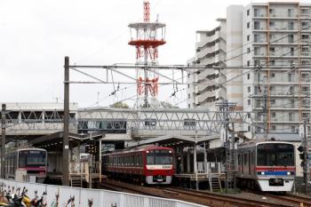2021年4月13日 11時53分頃。京成佐倉。右端が先発する3708ほか8連の特急 上野ゆき。発車を待つ京急1073ほか8連の1182H・快速 西馬込ゆき。