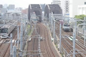 2021年4月13日 9時55分頃。京成の下り列車の車内から見られた東京メトロ日比谷線・つくばエクスプレス・JR貨物のコンテナ列車。