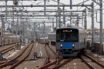 2021年4月13日。石神井公園。緩行線の3番ホームへ到着する20103Fの通勤急行 2512レ。