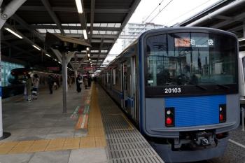 2021年4月13日。石神井公園。緩行線の3番ホームへ到着した20103Fの通勤急行 2512レの横を通過する、上り特急12レ(左)。