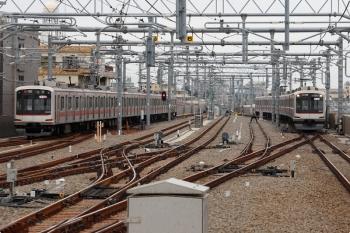 2021年4月13日。石神井公園。左が東急5159Fの3801レ、右は急行線の4番ホームへ到着する東急5174Fの6654レ(20K)。