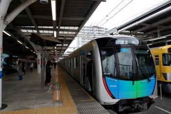 2021年4月13日。石神井公園。右は3番ホーム停車中の40104Fの豊洲ゆきS-TRAIN 504レ(54M)。左の4番ホームを特急14レが通過。