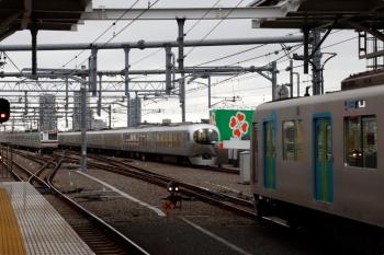 2021年4月13日 17時36分頃。石神井公園。右手前から、3番ホームに停車中の40102Fの上り回送列車(53M運用)と、4番ホームを通過する上り特急36レ、6番線で折り返し待ちのメトロ7033F(01S運用)。