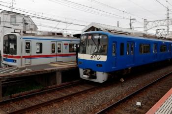 2021年4月13日 14時31分頃。京成高砂。青色の京急606-1ほかのアクセス特急 成田空港ゆき(手前)と京成3418ほか8連の快速特急 京成成田ゆき。