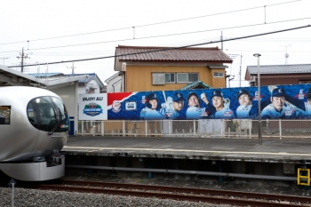 2021年4月17日。西所沢。1番ホームへ到着する001-B編成の87レ「ドーム号」。