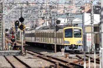 2021年4月18日 15時33分頃。小手指。3番ホームへ到着する263F+1253F(赤電)の下り回送列車。