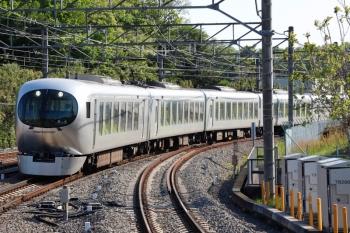 2021年4月21日 7時44分頃。入間市。3番ホームを通過する001-D編成の下り回送列車。