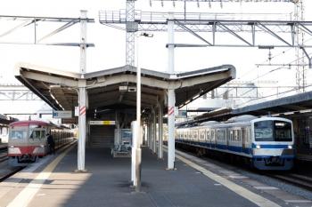 2021年4月21日 6時35分頃。西所沢。左が1259F(赤電)の6107レ、右は所沢へ向かう1241Fの池袋線上り回送列車。