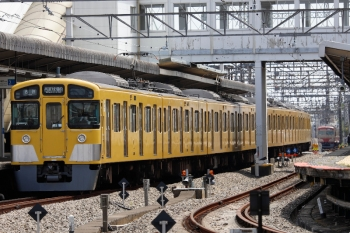 2021年4月24日。西所沢。手前が2085Fの5351レ、右奥が2番ホームを譲り引き上げ線へ退いた1253F。