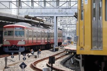 2021年4月24日。西所沢。左から、1253Fの6133レ、メトロ17000系の1805レ(53S運用)、2087F+2465Fの6140レ。