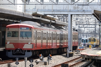 2021年4月24日 11時41分頃。西所沢。右奥が6140レで1番ホームへ到着後に引き上げ線へ入る2465F+2087F。その左は4009F(52席)下り列車。そして左手前は1253Fの6133レ。