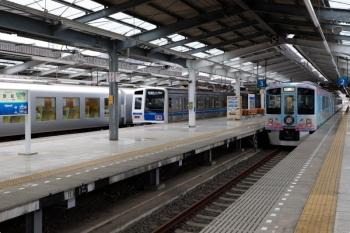 2021年4月25日。飯能。左から、001-A編成の61レ、6111Fの3402レ、4009Fの上り回送列車。