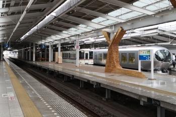 2021年4月25日 7時28分頃。飯能。4番ホームから発車した4021Fの下り回送列車と、001-C編成の68レ。