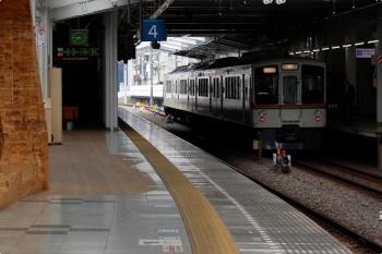 2021年4月25日 7時46分頃。飯能。5番ホームへ到着した4017Fの上り回送列車。