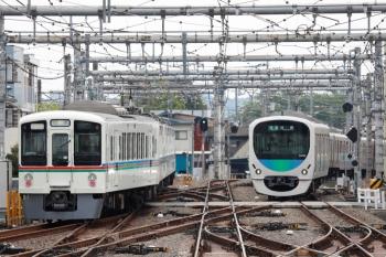 2021年4月25日 7時49分頃。飯能。5番ホームから発車した4017Fの下り回送列車(左)と30103Fの2101レ。