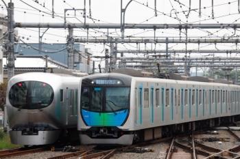 2021年4月25日。飯能。到着する40101Fの401レ(右)と、発車した001-A編成の72レ。