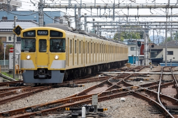 2021年4月25日 10時37分頃。飯能。2・3番ホームへ到着する2069Fの上り回送列車。折り返しは5019レ。