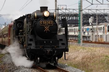 2021年4月25日 12時22分頃。御花畑〜影森。西武秩父駅の横を通過する秩父鉄道のSL列車。