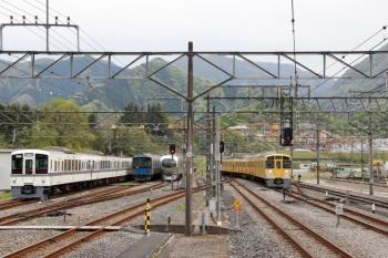 2021年4月25日 13時38分頃。横瀬。右が戻ってきた2085Fの下り回送列車。