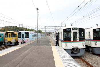 2021年4月25日 13時45分頃。横瀬。右から、電留線から出てきた4015F+4021F、1番ホームで停車中の4019F+4005Fの5036レ、2番ホームを通過する4009F(52席)の下り列車、2085Fの下り回送列車、留置中の40101F。
