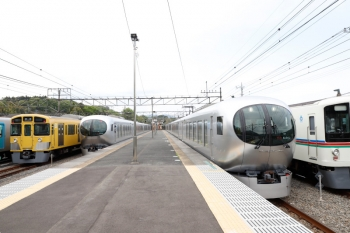 2021年4月25日 13時54分頃。横瀬。右から、電留線から出てきた4015F+4021F、1番ホームで停車中の001-E編成の特急「むさし76号」レ、2番ホームから発車した001-C編成の15レ、2085Fの下り回送列車、留置中の40101F。