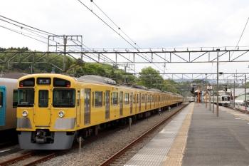 2021年4月25日 13時57分頃。横瀬。4015F+4021Fが西武秩父へ発車していきました(右奥)。左は、2085Fの下り回送列車、留置中の40101F。