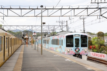 2021年4月25日 14時6分頃。横瀬。1番ホームを通過する4009Fの上り回送列車(右)と、2番ホームに停車中の2069Fの5029レ。