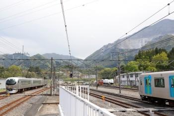 2021年4月25日 14時20分頃。横瀬。電留線から出てきた001-F編成(左)。