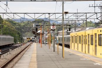 2021年4月25日 14時32分頃。横瀬。右から、2069Fの1本目の臨時各停、回送待ちの001-F編成、発車した4007F+4017Fの5031レ、引き上げ線へ入った2085Fの下り回送列車、留置中の40101F。