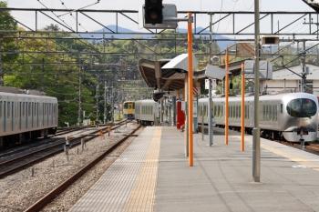 2021年4月25日 14時33分頃。横瀬。右から、西武秩父へ回送の001-F編成、引き上げ線へ入った2085Fの下り回送列車、留置中の40101F。