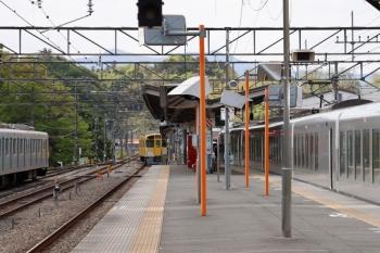 2021年4月25日 14時53分頃。横瀬。特急「むさし78号」が停車中に、2085Fの回送列車は西武秩父へ発車。