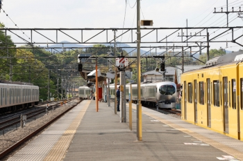 2021年4月25日 15時11分頃。横瀬。2085Fの5042レ(右手前)と同時に発車し、西武秩父へ向かうから001-A編成の下り回送列車(中央奥)。