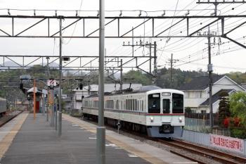 2021年4月25日 16時21分頃。横瀬。到着する4015Fの上り回送列車。