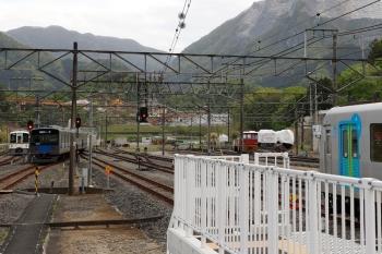 2021年4月25日 16時32分頃。横瀬。左奥から、電留線へ入った4015F、発車した20157Fの1002レ、そしてスタンバイする40101F。