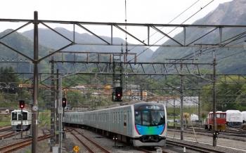 2021年4月25日 16時34分頃。横瀬。発車した40101Fの上り回送列車。