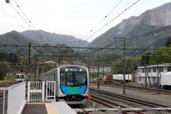 2021年4月25日 16時48分頃。横瀬。到着する40101Fの下り回送列車。