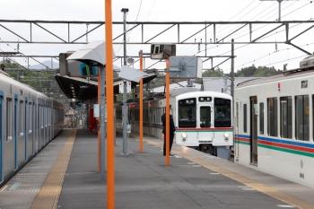 2021年4月25日 16時56分頃。横瀬。2番ホームに停車する40101Fの下り回送列車の横で、6054レで到着した4001Fの後ろへ6004レの4011Fが連結します。