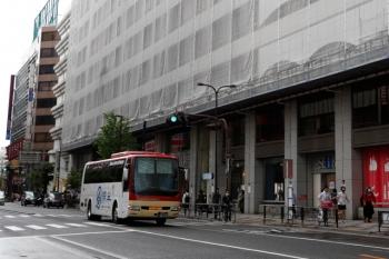 2021年5月2日 15時前。池袋。西武の東口前。長野県からやって来た高速バス。歩道の人通りは先週の半分未満。