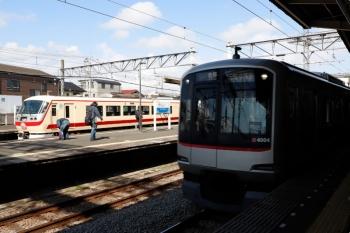 2021年5月2日。西所沢。1番ホームで発車を待つ「LAST RUN」10105Fと、東急4104Fの6806レ。