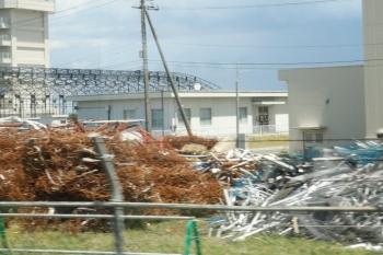 2021年5月2日。武蔵藤沢〜稲荷山公園駅間。ビニールハウスの大型版みたいな感じです。飛行機入れるにはもしかすると小さいかも。旧格納庫を解体した際に出たと思われる瓦礫はまだ残ってます。