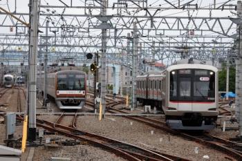 2021年5月5日。保谷。右から、26番線から3番ホームへ入って6658レとなる16K運用の東急5164F、5番線で折り返し待ちの73S運用のメトロ10022F、そしてY513Fの上り回送列車。