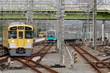 2021年5月5日 8時40分頃。小手指。左から、引き上げ線から1番ホームへ向かい5216レとなる2079F、奥が2091Fの下り回送列車、飯能始発のS-TRAIN 402レとなるべく出庫して3番ホームへ入る40106Fの回送列車。