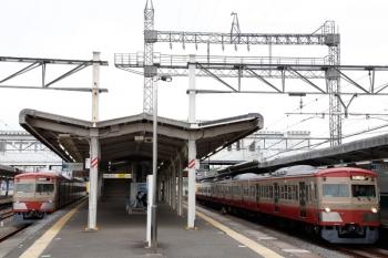 2021年5月6日 6時35分頃。西所沢。左が1253Fの6107レ、右が1259Fの上り回送列車。